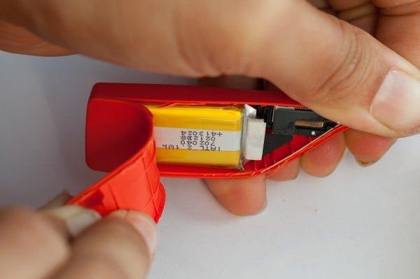 Batería ubicada en el módulo que va detrás de la oreja.